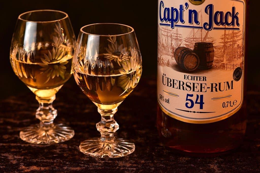 Rum mit Gläser